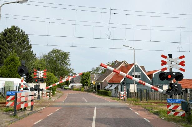 Как гаишники ловят водителей на железнодорожных переездах